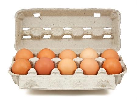 carton: eieren in de doos geïsoleerd op wit
