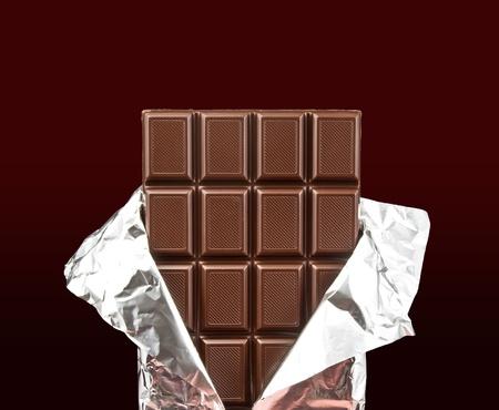 barra de chocolate con la tapa abierta sobre un fondo oscuro