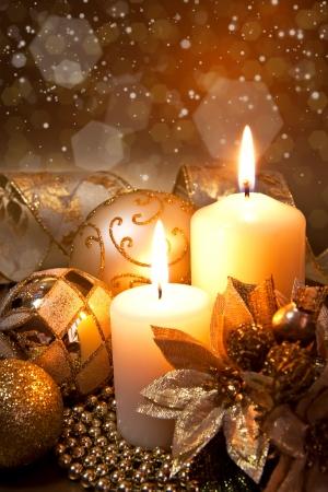 adornos navideños: Decoración de Navidad con velas sobre fondo oscuro