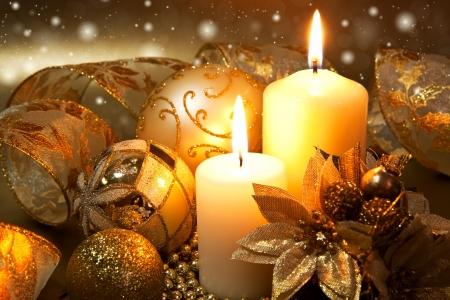 velas de navidad: Decoraci�n de Navidad con velas sobre fondo oscuro