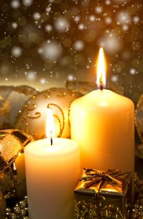 luz de velas: Decoración de Navidad con velas sobre un fondo oscuro Foto de archivo