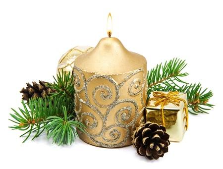 Decoraci�n de Navidad con velas de oro, pi�as, ramas de abeto en el fondo blanco