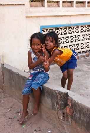 unicef: SIEM REAP CAMBOGIA 31 marzo: Due giovani ragazze in posa fuori il 31 marzo 2013 in Siem Reap, Cambogia. L'UNICEF ha designato Cambogia il terzo Paese più landmined al mondo.