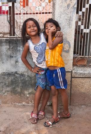 unicef: SIEM REAP CAMBOGIA 31 marzo: Due giovani ragazze in posa fuori il 31 marzo 2013 in Siem Reap, Cambogia. L'UNICEF ha designato Cambogia il terzo Paese pi? landmined al mondo. Editoriali