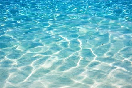 olas de mar: Brillante fondo azul ondulaci�n del agua Foto de archivo