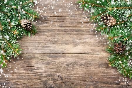 Abeto de Navidad en un fondo de madera