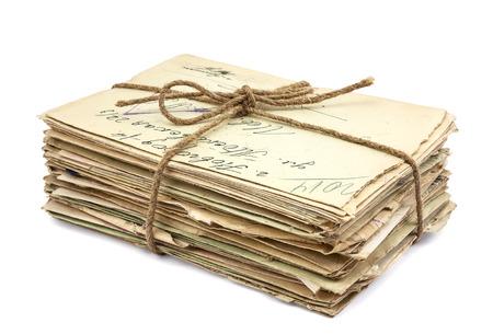 Pila de viejas cartas sobre fondo blanco Foto de archivo