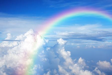semaforo en rojo: Cielo azul con nubes y un arco iris Foto de archivo