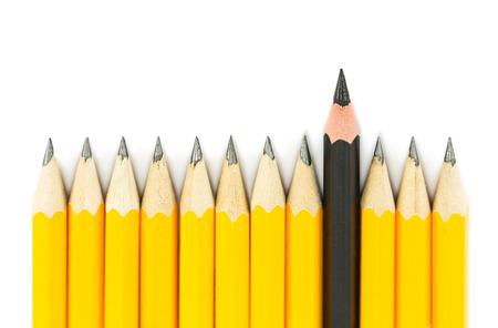 Gele potloden met op zwart potlood op een witte achtergrond