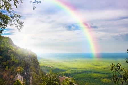 regenbogen: prachtig landschap met bewolkte blauwe hemel en regenboog Stockfoto