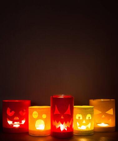 jack pot: Jack-o-linternas divertidos sobre un fondo oscuro