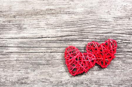 Dos corazones rojos sobre fondo de madera vintage