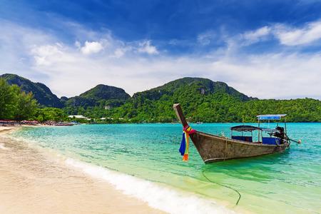 トロピカルなビーチ、クラビ、タイのロングテール ボート