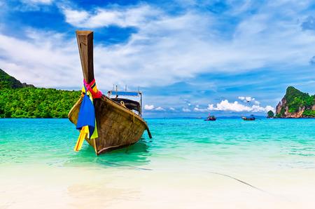cielo y mar: Barco largas y playa tropical, mar de Andaman, Tailandia