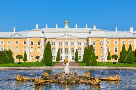 palacio ruso: Palacio de Peterhof, San Petersburgo, Rusia Editorial