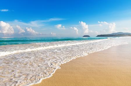 olas de mar: Hermoso mar. La playa de Karon, Phuket, Tailandia. Asia