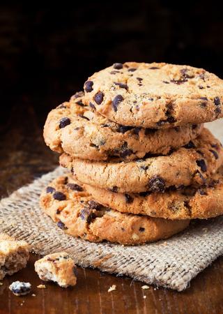 Chocolate chip cookies op oude houten tafel
