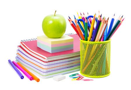 fournitures scolaires: Fournitures scolaires sur un fond blanc, de retour à l'école fond
