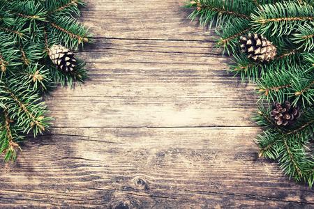 木製の背景、ビンテージ スタイルのクリスマスのモミの木 写真素材