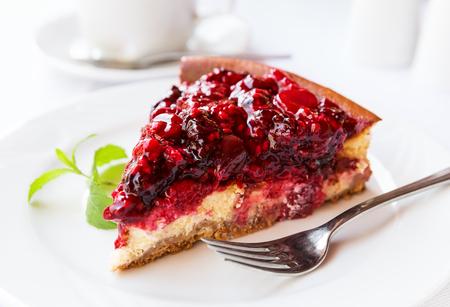 포크와 접시에 그린 민트와 야생 딸기 케이크. 선택적 포커스 스톡 콘텐츠 - 47187541