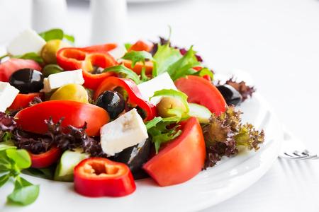 ensalada de verduras: Ensalada mediterránea con tomate, aceitunas y pimientos