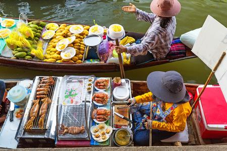 伝統的な水上マーケットはバンコク近郊ダムヌンサドゥアックで。タイ