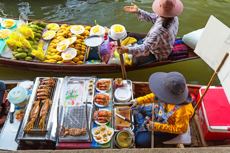 Mercado flotante tradicional en Damnoen Saduak cerca de Bangkok. Tailandia Foto de archivo