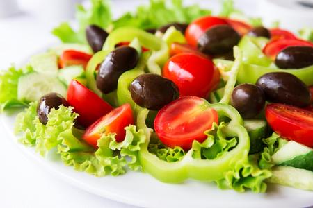 ensalada tomate: Ensalada mediterránea con tomate, aceitunas y pimientos