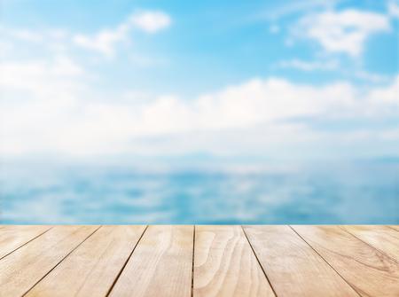 푸른 바다와 흰 모래 해변 배경에 나무 테이블 위로 스톡 콘텐츠