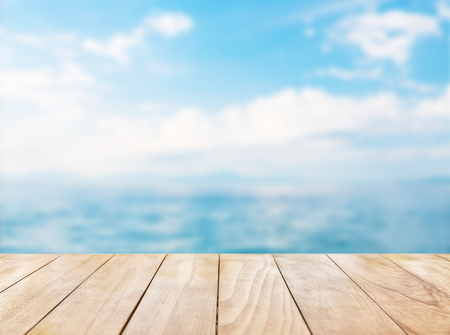 Holztischplatte auf blauem Meer und den weißen Sandstrand Hintergrund Standard-Bild - 58556867