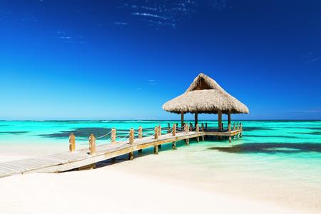 プンタカナ、ドミニカ共和国における熱帯白い砂浜の美しいガゼボ