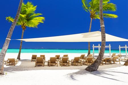 Mooi wit zandig strand van een luxetoevlucht in Cap Cana, Dominicaanse Republiek