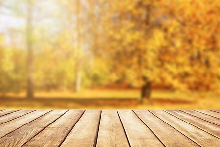 골든 잎, 가을 배경으로 오래 된 나무 책상 탑