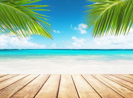 Cielo azul borroso y mar con luz bokeh y fondo de mesa de madera vieja Foto de archivo - 96932475