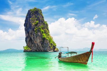 Tajska tradycyjna drewniana łódź typu longtail i piękna piaszczysta plaża na wyspie Koh Poda w prowincji Krabi. Ao Nang, Tajlandia. Zdjęcie Seryjne