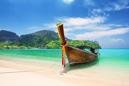 Barco de cola larga de madera tradicional tailandés y hermosa playa de arena en la isla de Koh Phi Phi en la provincia de Krabi. Ao Nang, Tailandia. Foto de archivo