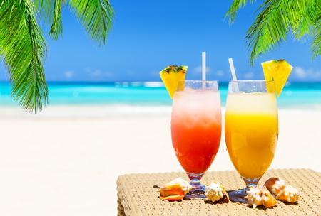 Dwa świeże soki tropikalne na białej, piaszczystej plaży w Punta Cana, Dominikana