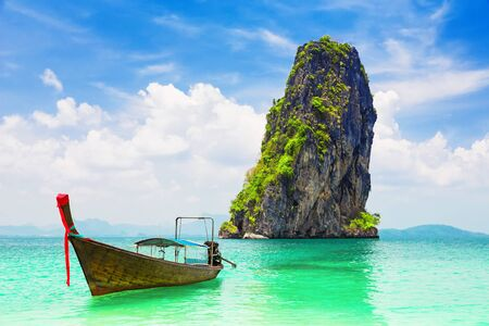 Thai traditional wooden longtail boat and beautiful sand beach at Koh Poda island in Krabi province. Ao Nang, Thailand. Archivio Fotografico
