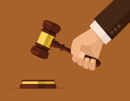 Ręka trzyma sędziów młotek