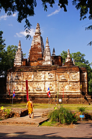 importantly: The temple is one of the oldest temples in Chiang Mai. One of the main attractions is a seven-spired square chedi, which was inspired by the design of the Phuttakaya stupa in India. More importantly, the stupa contains the ashes of King Tilokkarat, a king