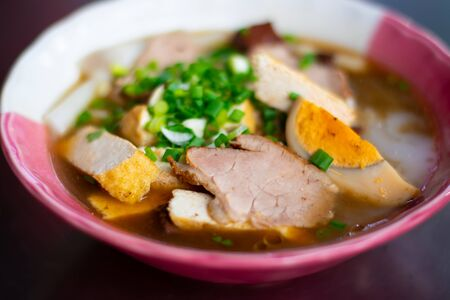 Kuy teav or kway teow is a Cambodian noodle soup consisting of rice noodles with pork stock and toppings. Stockfoto
