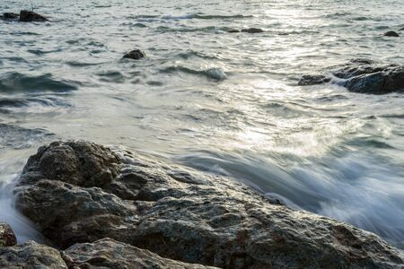 ocean wave hit the rock 版權商用圖片