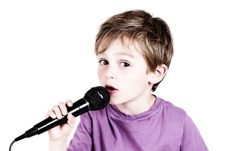 niño cantando: niño para el recorte con el canto de fondo blanco