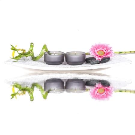 incienso: Spa conjunto con flores de color rosa, velas y bamb� sobre un fondo blanco Foto de archivo