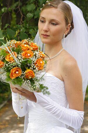 eligible: Bella bouquet sposa a guardare nella giornata di sole Archivio Fotografico