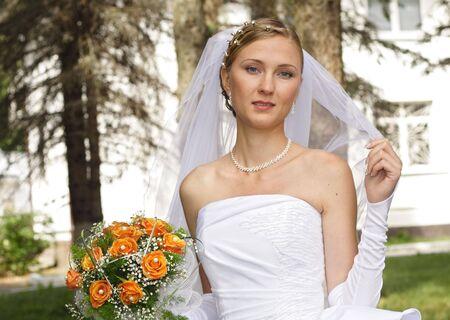 eligible: Bella sposa con bouquet in giornata di sole