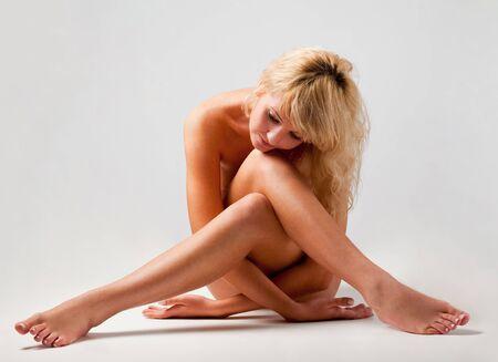 mujer desnuda sentada: Bella y elegante mujer desnuda sentada  Foto de archivo