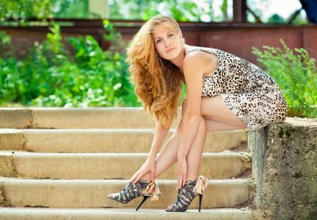 gitana: Retrato de la modelo de moda bello al aire libre