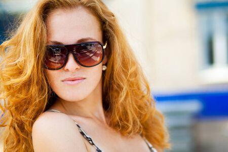mode portrait de femme portant des lunettes de soleil
