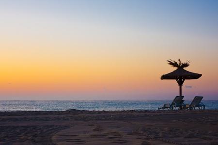 solter�a: vista de sillas y sombrillas en la playa